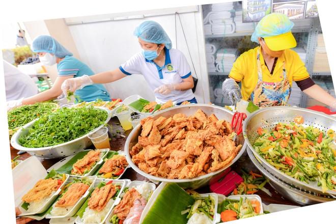 Hơn 20.000 suất ăn mỗi ngày được cung cấp cho các bệnh viện, khu cách ly.