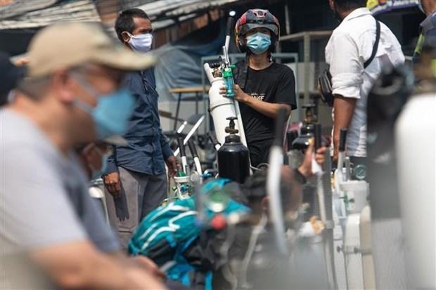 Người dân chờ nạp đầy bình oxy để cung cấp cho bệnh nhân COVID-19 tại Jakarta (Indonesia), ngày 5/7/2021. (Ảnh: THX/TTXVN).