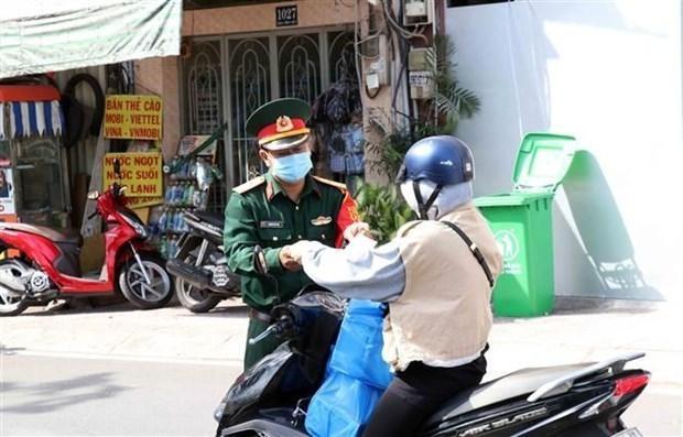 Cán bộ, chiến sỹ Bộ Tư lệnh Thành phố Hồ Chí Minh tham gia công tác kiểm soát thực hiện Chỉ thị 16 trên địa bàn Thành phố. (Ảnh: Xuân Khu/TTXVN).