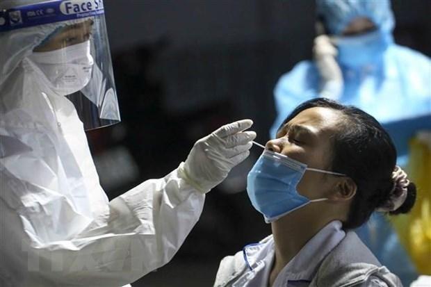 Nhân viên y tế lấy mẫu xét nghiệm COVID-19. (Nguồn: TTXVN).