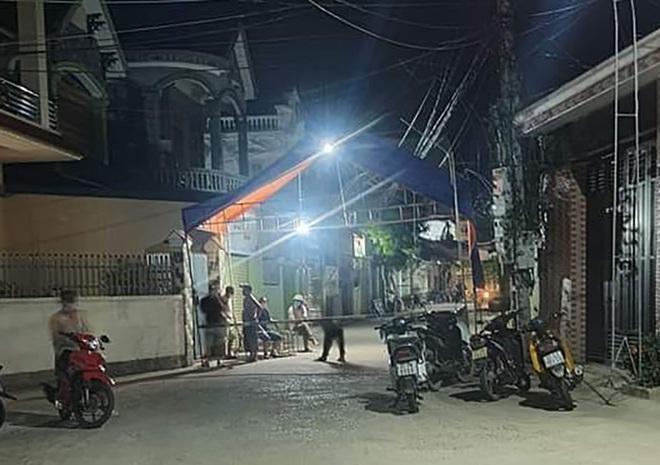 UBND xã Quỳnh Lâm thiết lập chốt cách ly lại khu vực có ca nhiễm SARS-CoV-2 sinh sống (Ảnh: Châu Thiên)..