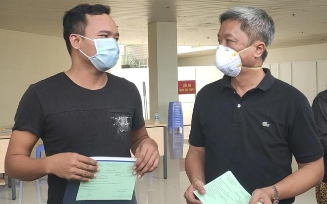 Một bệnh nhân mắc Covid-19 điều trị tại Bệnh viện Hồi sức Covid-19 được trao giấy xuất viện (Ảnh tư liệu).