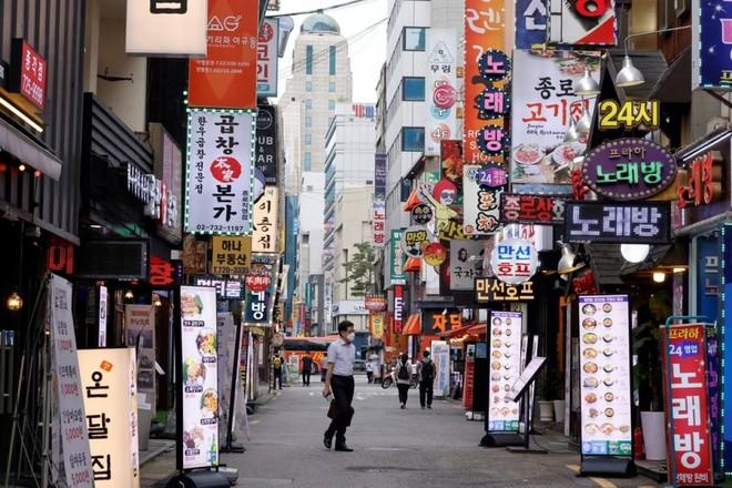 Đường phố Seoul trở nên vắng vẻ do các quy định giãn cách xã hội và nhiều công ty cho nhân viên làm việc tại nhà. Ảnh: Reuters.