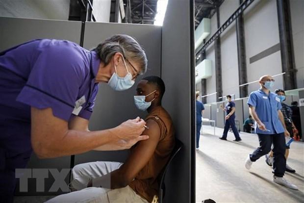 Tiêm vaccine ngừa COVID-19 tại London, Anh. (Ảnh: AFP/TTXVN).