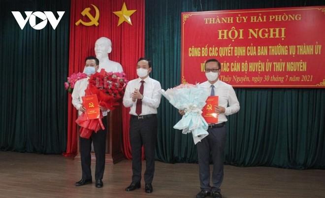 Ông Trần Lưu Quang, Bí thư Thành ủy Hải Phòng trao Quyết định và tặng hoa ông Phạm Văn Thép, tân Bí thư Huyện ủy Thủy Nguyên (ngoài cùng bên trái).