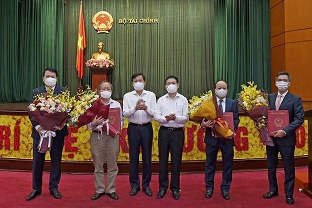 Phó Thủ tướng Lê Minh Khái (thứ ba từ trái sang) và Bộ trưởng Hồ Đức Phớc (thứ tư từ trái sang) chụp ảnh với hai Thứ trưởng nhận quyết định nghỉ hưu và hai tân Thứ trưởng. (Nguồn: thoibaotaichinhvietnam.vn).