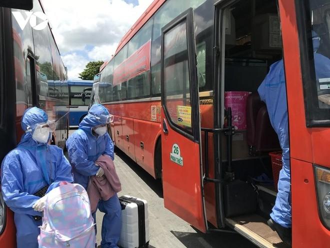 Các công dân Bình Thuận lên xe tại bến xe Miền Đông.