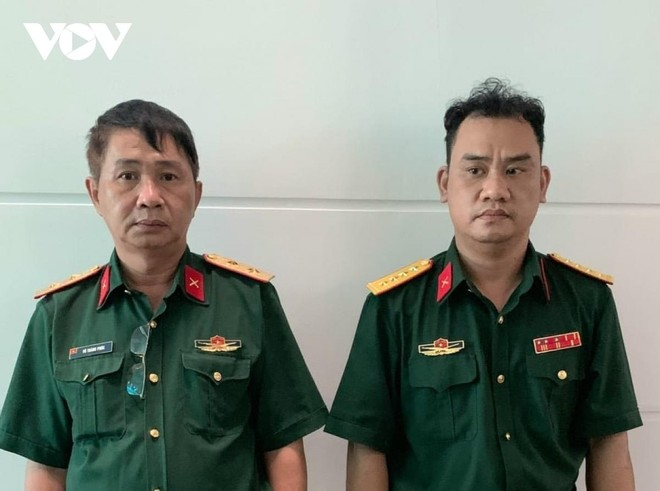 Bị can Võ Thành Phúc (trái) và bị can Trần Vũ Hàn Minh Nhật tại cơ quan điều tra.