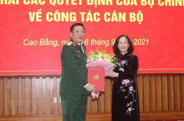 Ủy viên Bộ Chính trị, Bí thư Trung ương Đảng, Trưởng ban Tổ chức Trung ương Trương Thị Mai trao Quyết định cho tân Bí thư Tỉnh ủy Cao Bằng Trần Hồng Minh. (Ảnh: Quốc Đạt/TTXVN).