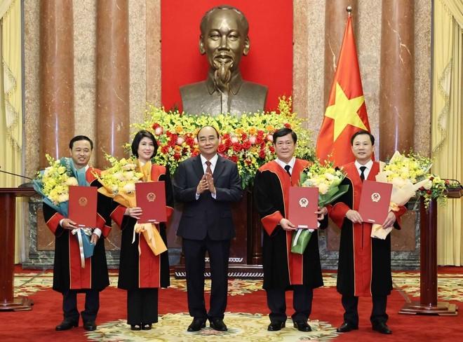 Chủ tịch nước Nguyễn Xuân Phúc trao Quyết định bổ nhiệm Thẩm phán Tòa án nhân dân tối cao.