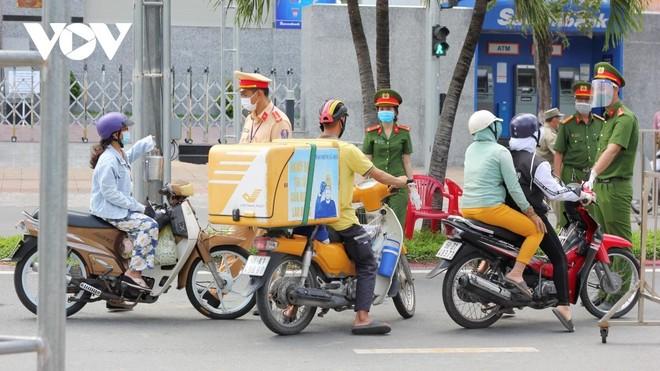 Lực lượng chức năng kiểm tra Giấy đi đường của người dân khi qua các chốt kiểm soát phòng chống dịch COVID-19.