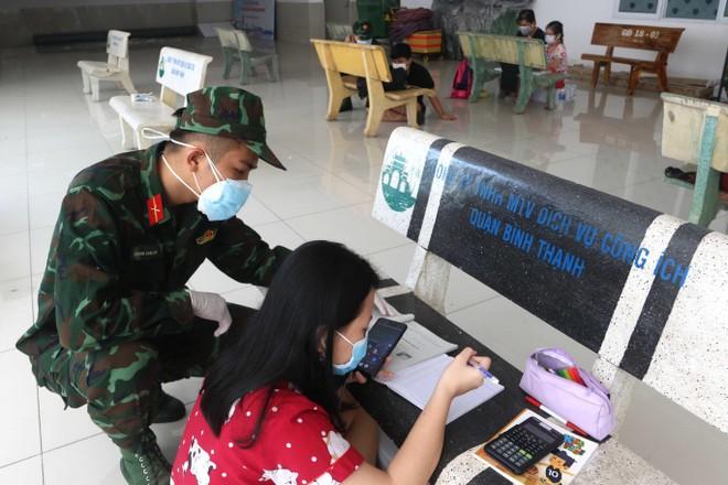 Những hình ảnh đẹp về bộ đội hỗ trợ người dân tại TP.HCM ảnh 9