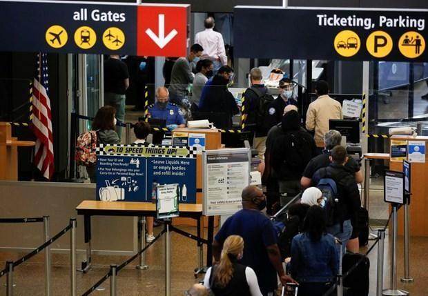 Du khách làm thủ tục tại Sân bay Quốc tế Seattle-Tacoma ở SeaTac, Washington, Mỹ ngày 12/4. (Nguồn: Reuters).