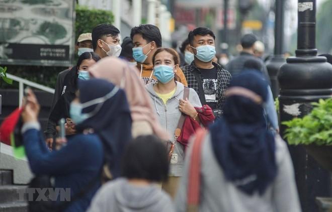 Người dân đeo khẩu trang phòng lây nhiễm COVID-19 tại Bandung, Indonesia. (Ảnh: THX/TTXVN).