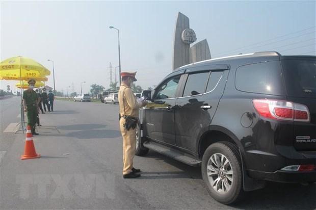Cán bộ, chiến sỹ kiểm tra phương tiện qua chốt đoạn đầu cầu Thăng Long (Đông Anh, Hà Nội) từ ngoại thành hướng vào nội đô. (Ảnh: Nguyễn Thắng/TTXVN).