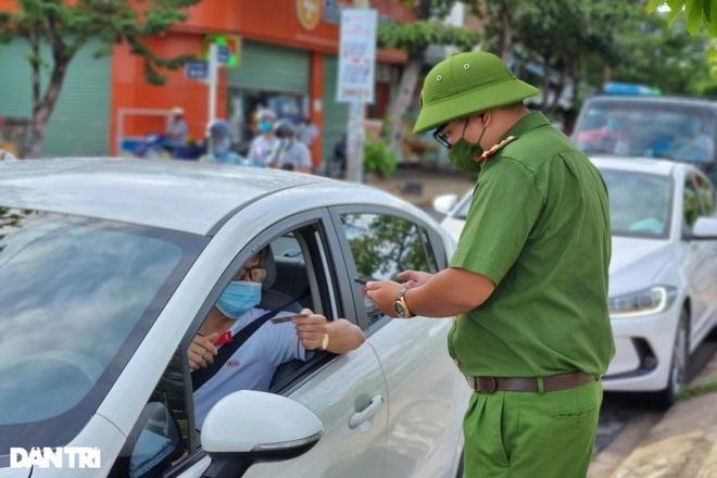 Cơ quan chức năng Đà Nẵng kiểm tra giấy đi đường của người dân.