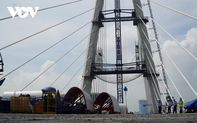 Công nhân thi công trên cầu Thủ Thiêm 2.