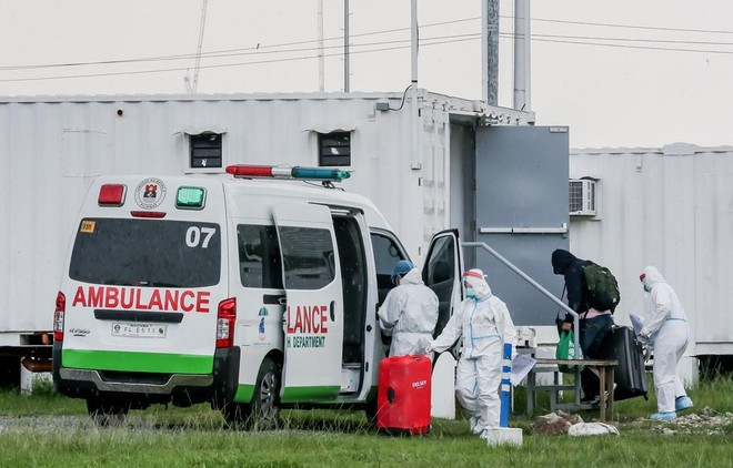 Nhân viên y tế đưa bệnh nhân COVID-19 tới bệnh viện dã chiến tại Manila, Philippines, ngày 1/9/2021. (Ảnh: THX/TTXVN).