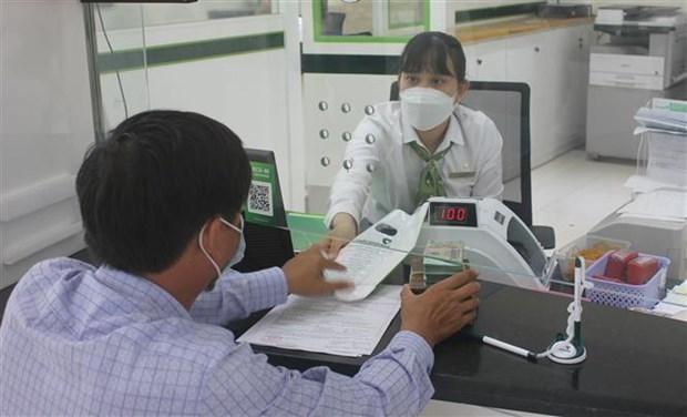 Khách hàng giao dịch tại Ngân hàng TMCP Ngoại thương Việt Nam chi nhánh tỉnh Kon Tum. (Ảnh minh họa: Dư Toán/TTXVN).