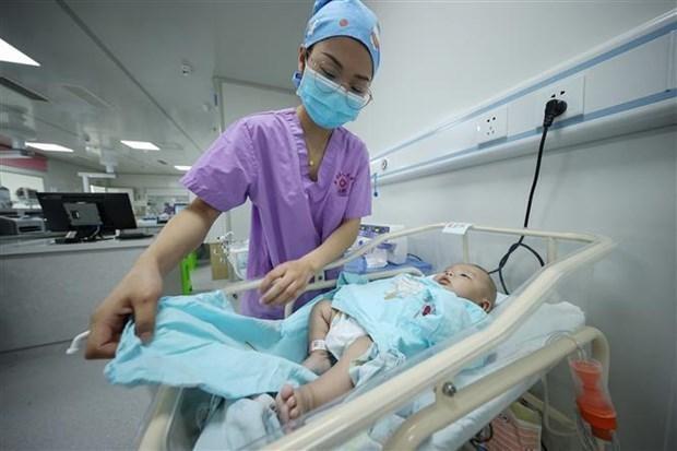 Nhân viên y tế chăm sóc trẻ mới sinh tại bệnh viện ở tỉnh Quý Châu (Trung Quốc), ngày 11/5/2021. (Ảnh: AFP/TTXVN).