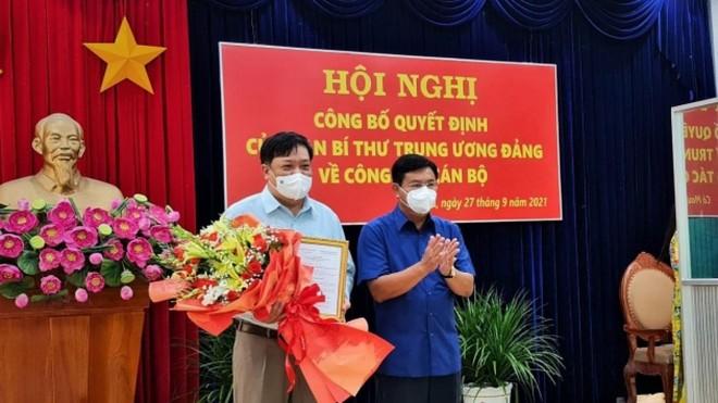 Ông Nguyễn Tiến Hải, Bí thư Tỉnh uỷ Cà Mau đã trao quyết định cho ông Phạm Thành Ngại.