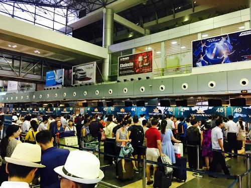 Các màn hình thông báo ở sân bay Nội Bàichiều nay đã tắt. Hành khách dồn ứ vì chưa thể làm được thủ tục bay. Ảnh: Hùng Sơn.
