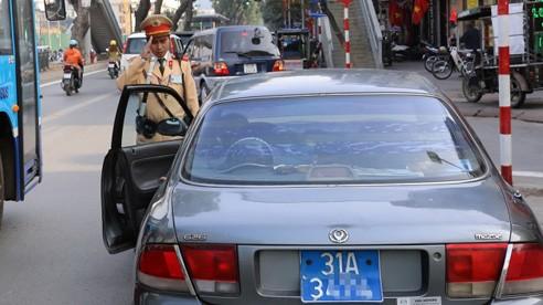 Tài xế khi vi phạm giao thông, không xuất trình được với cảnh sát giấy tờ xe bản gốcsẽ bị xử phạt 200.000-400.000 đồng. Ảnh minh hoạ. Bá Đô