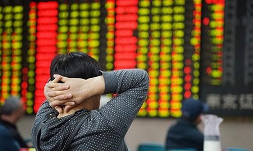 Nhà đầu tư theo dõi bảng giá tại sàn giao dịch chứng khoán ở Nam Kinh, Trung Quốc, ngày 20/5. Ảnh:VCG.