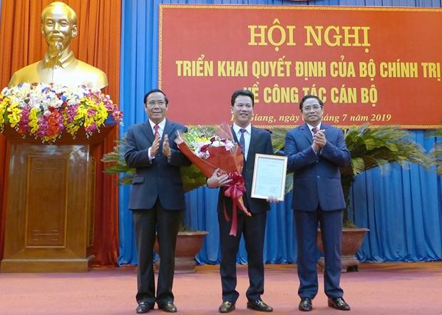 Lãnh đạo Ban Tổ chức Trung ương trao quyết định và chúc mừng đồng chí Đặng Quốc Khánh.