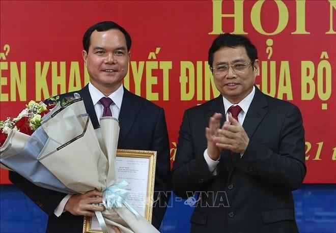 Đồng chí Phạm Minh Chính trao quyết định và chúc mừng đồng chí Nguyễn Đình Khang. Ảnh TTXVN