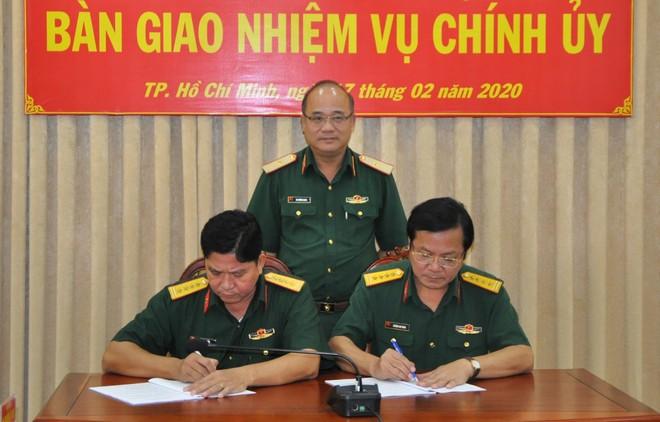 Thiếu tướng Du Trường Giang chứng kiến lễ ký biên bản bàn giao giữ Đại tá Biện Văn Chèo và Đại tá Huỳnh Chí Bình.