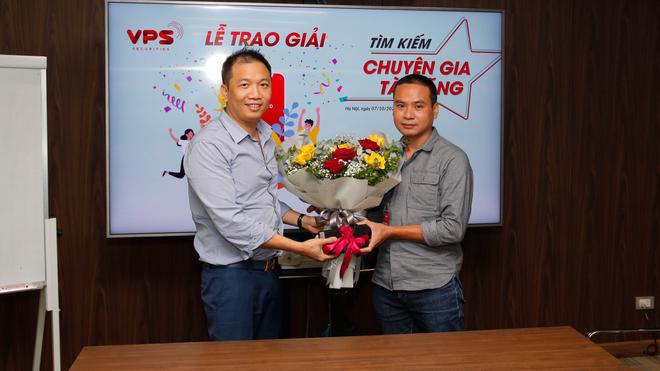 """Nhà đầu tư Nguyễn Xuân Hòa (bên phải) nhận giải Nhất """"Tìm kiếm chuyên gia tài năng"""" do VPS tổ chức"""