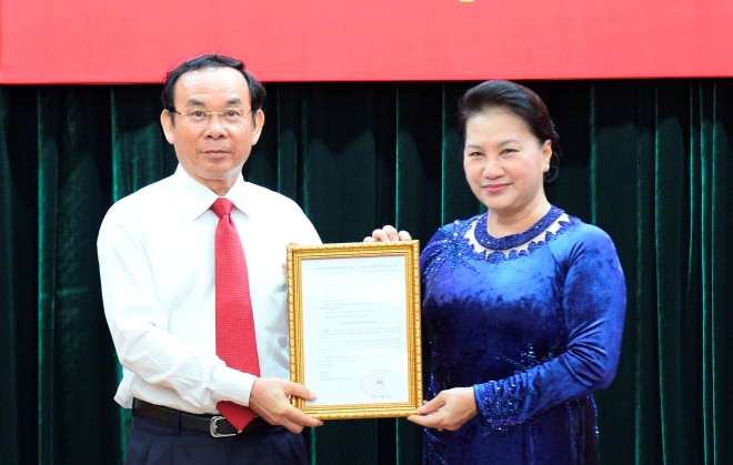 Chủ tịch Quốc hội Nguyễn Thị Kim Ngân trao quyết định cho đồng chí Nguyễn Văn Nên. Ảnh VGP/Mạnh Hùng