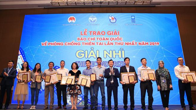 Nhà báo Tô Ngọc Doanh (thứ tư từ phải sang) đại diện nhóm tác giả Báo Đầu tư nhận giải Nhì Giải báo chí toàn quốc về Phòng chống thiên tai năm 2019.