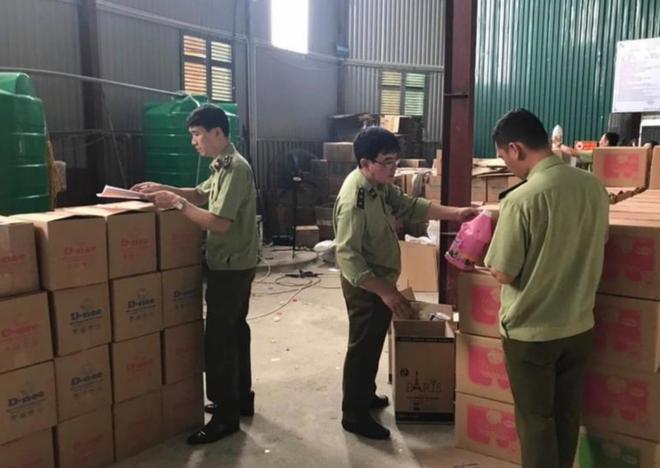 Bắt quả tang cơ sở sản xuất nước giặt Comfort, D-nee giả tại Sóc Sơn