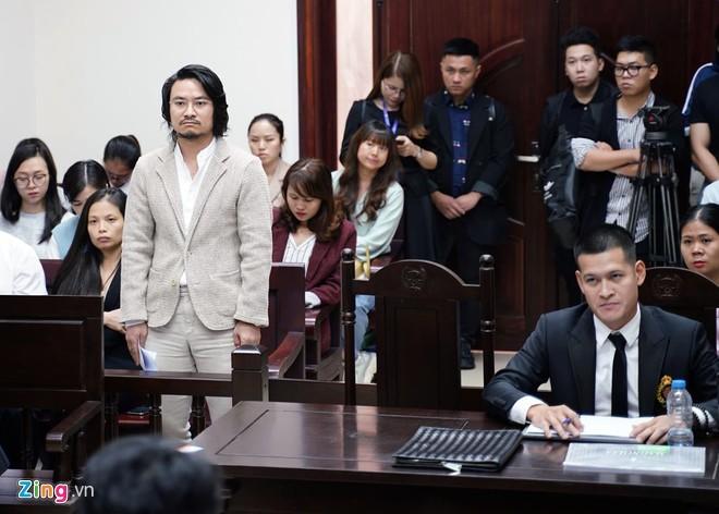 Đạo diễn Hoàng Nhật Nam (đứng) và đạo diễn Việt Tú.