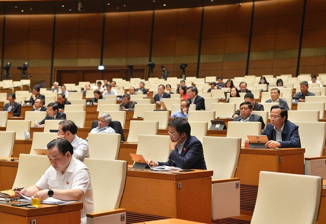 Các đại biểu họp sáng 26/10.
