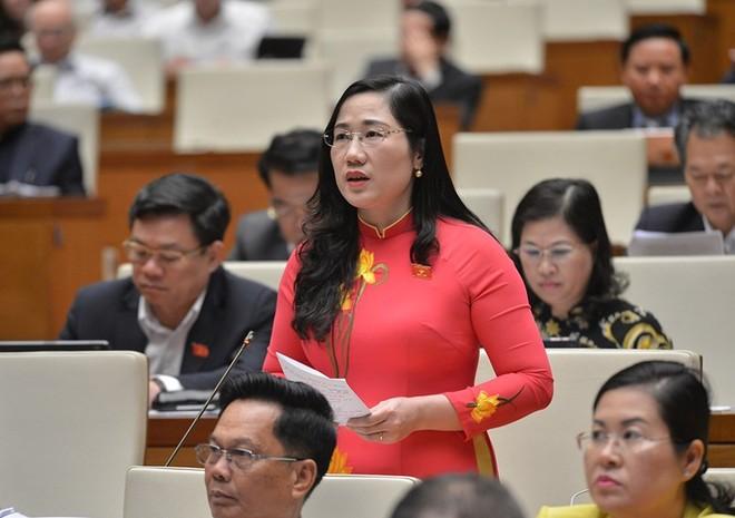 Đại biểu Nguyễn Thị Thủy phát biểu tại hội trường.