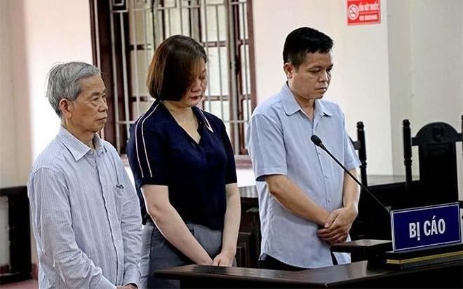 Các bị cáo tại phiên tòa sơ thẩm hồi giữa năm 2020. Ảnh: Nhân dân.
