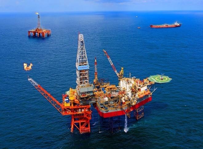 Bloomberg: Cần hàng thập kỷ để giá dầu hồi phục trở lại như ban đầu