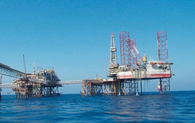 Giá dầu chạm mức 60 USD/thùng khi nguồn cung cắt giảm và kỳ vọng kích thích kinh tế