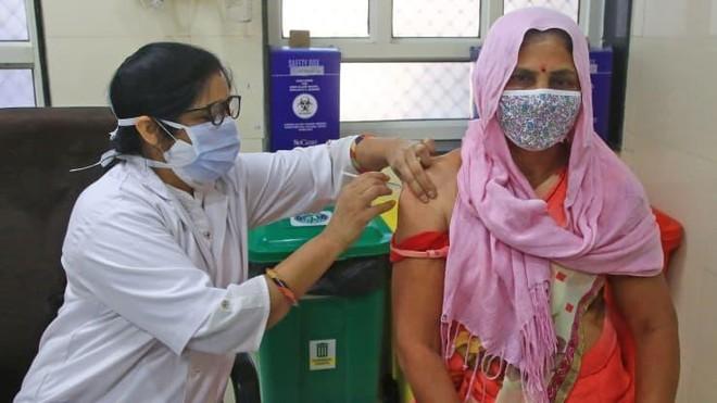 Một người dân đang tiêm một liều vắc xin Covid-19 tại Bệnh viện HB Kanwatia ở Jaipur, Rajasthan, Ấn Độ vào ngày 11/4/2021. Ảnh: Getty Images