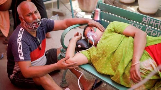Người dân được hỗ trợ oxy miễn phí do bị khó thở bên ngoài Gurudwara (đền thờ Sikh) trong bối cảnh lây lan dịch bệnh Covid-19 ở Ấn Độ ngày 3/5/2021.