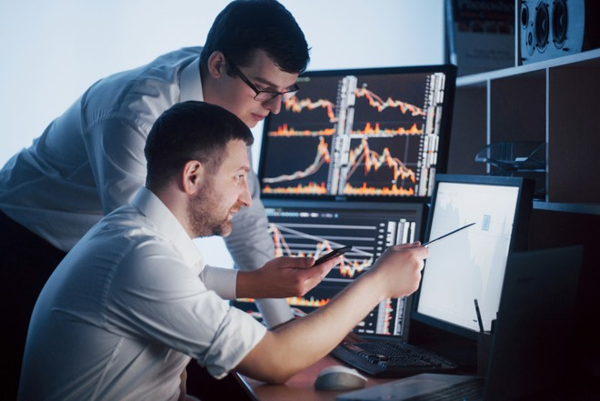 Điểm công bố thông tin và minh bạch có mối quan hệ tích cực với kết quả kinh doanh được đo bằng ROE và ROA. Ảnh Shutterstock.