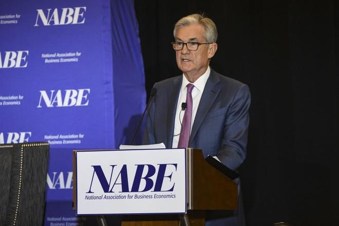 Jerome Powell, Chủ tịch Cục Dự trữ Liên bang Mỹ phát biểu tại cuộc họp của Hiệp hội Kinh tế Kinh doanh Quốc gia (NABE) hôm 8/10. Ảnh: The Washington Post.