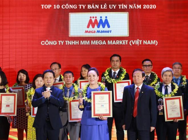 Bà Trần Kim Nga, Giám đốc đối ngoại MMVN nhận giải thưởng.