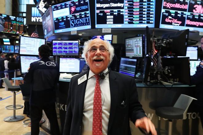 Gác lại nỗi sợ hãi, giới đầu tư ồ ạt gom hàng