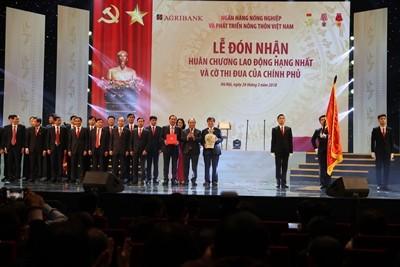 hủ tướng Nguyễn Xuân Phúc trao Huân chương Lao động hạng Nhất cho Agribank nhân dịp kỉ niệm 30 năm ngày thành lập (26/03/2018)