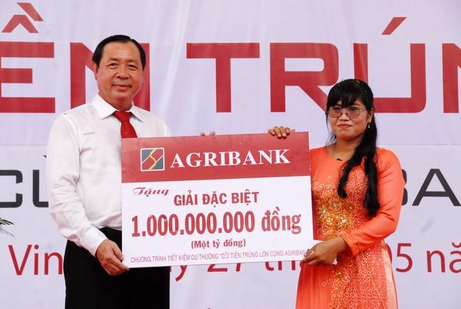 Tổng giám đốc Tiết Văn Thành trao thưởng cho khách hàng trúng thưởng là bà Kiên Thị Thanh gửi tiền tại Agribank Chi nhánh Trà Vinh.