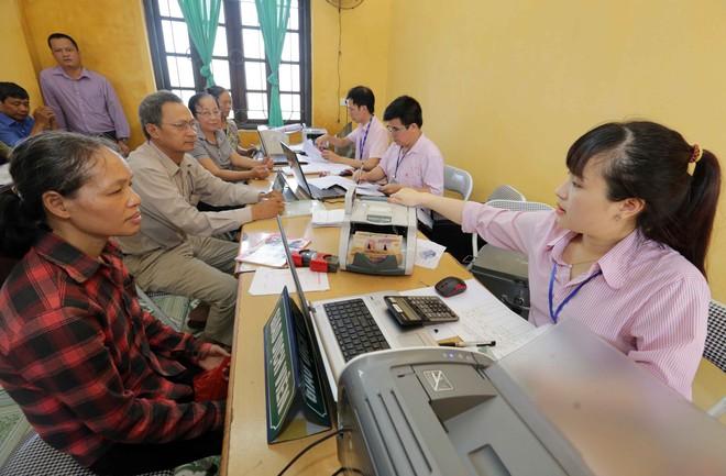 Các hộ gia đình có con là HSSV nhận vốn vay ưu đãi tại các điểm giao dịch của Ngân hàng Chính sách xã hội